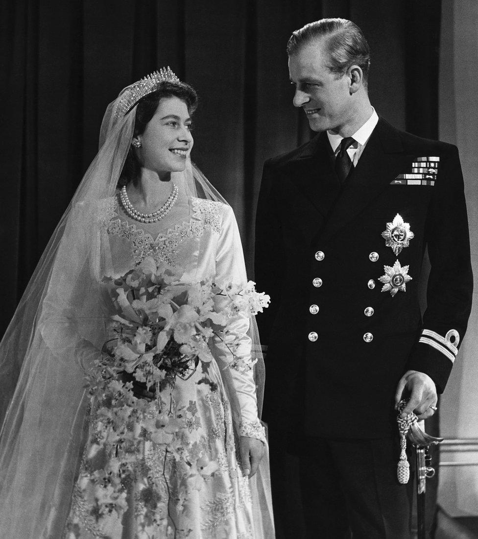 女王(左;時為伊麗莎白公主)與菲利普親王於婚禮後拍攝官方合照(20/11/1947)