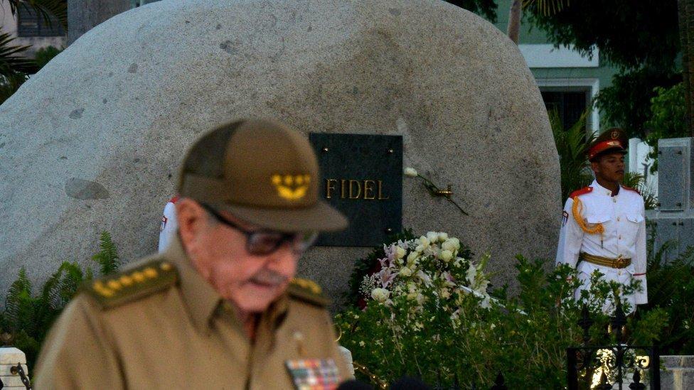 Raúl Castro junto a la tumba de su hermano Fidel.