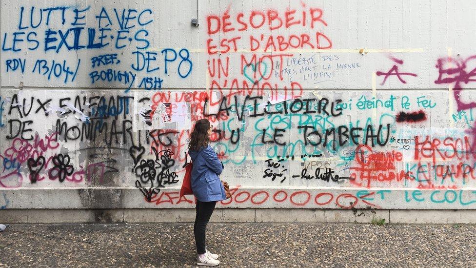 一家法國大學在巴黎的校園內,有示威者在牆上塗鴉,寫著訴求。