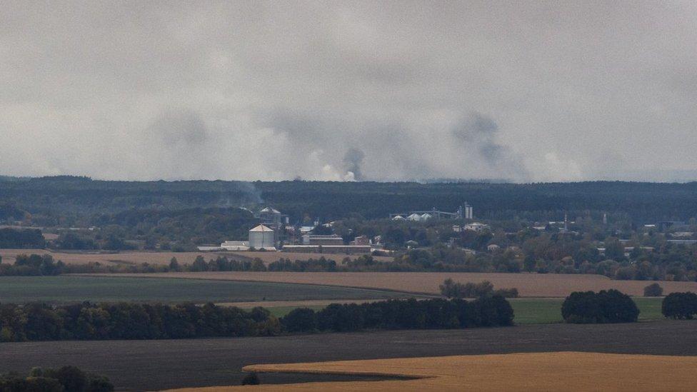 Пожежу на складах біля Ічні ліквідували, але вибухи і тління досі є
