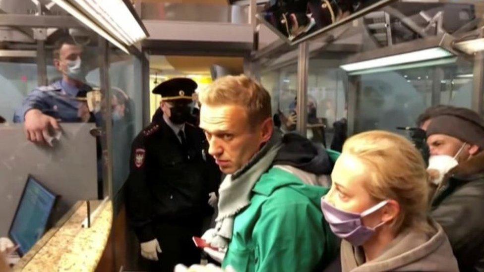 نفالني قبل اعتقاله من أحد مطارات موسكو الأحد