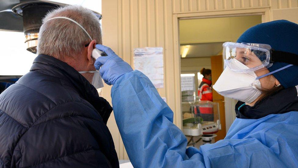 الفرق الطبية هي خط الدفاع الأول في مواجهة تفشي فيروس كورونا