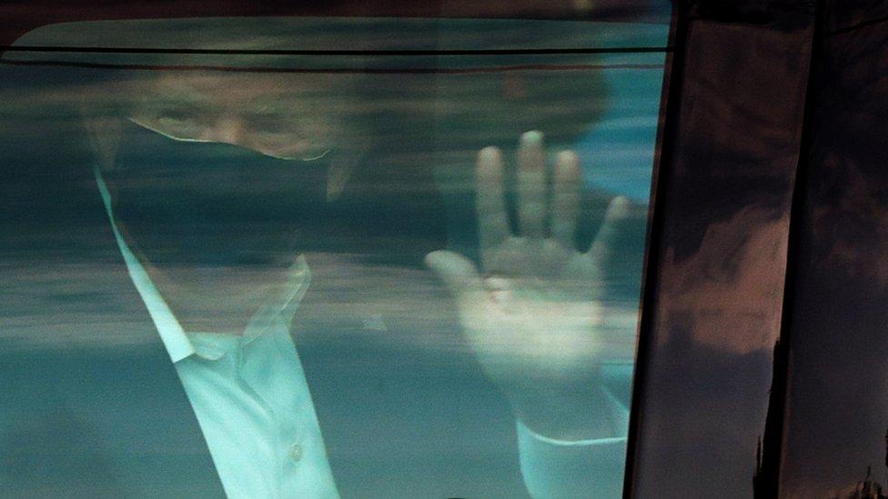 ترامب في السيارة في جولة خارج المستشفى.