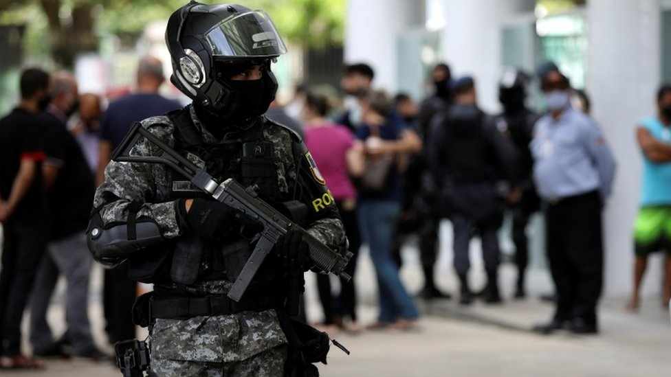 Policial faz patrulhamento em frente a hospital de Manaus