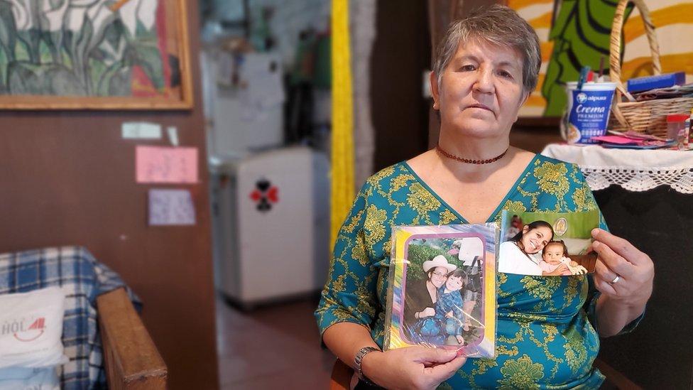 Margarita muestra fotos de su hija con sus nietos.