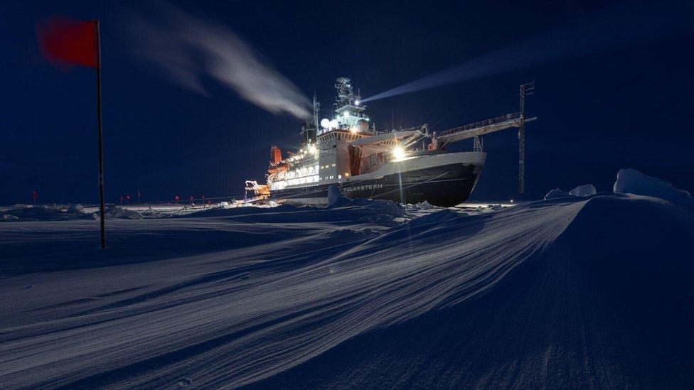 Kapal Polarstern memiliki tiga lampu besar dan jangka yang besar.