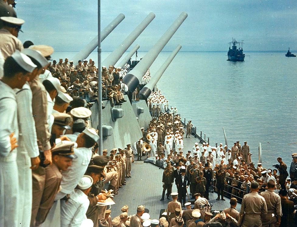 Rendición de Japón frente a tropas estadounidenses.