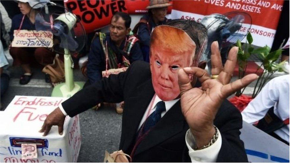 Учасник акції протесту у масці Трампа