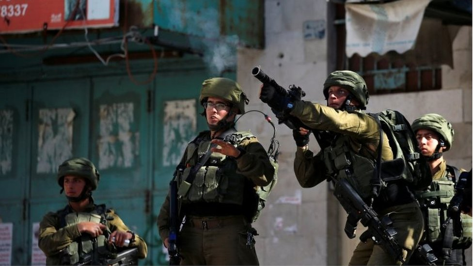 Israeli soldier fires tear gas towards Palestinians during clashes in Hebron (12/04/19)