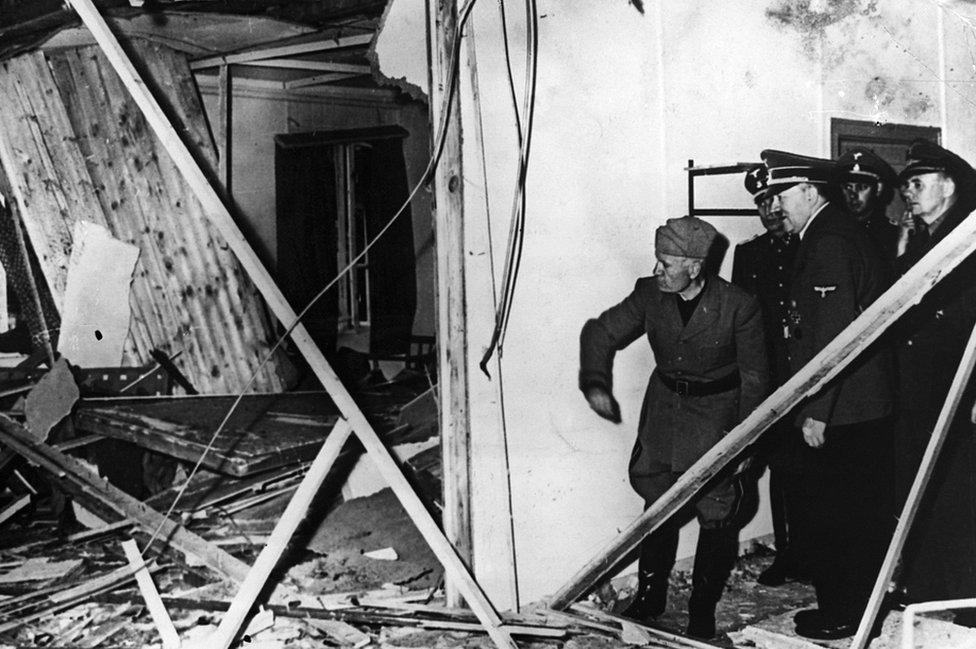 Musolini i Hitler u inspekciji uništene konferencijske sale posle aktiviranja bombe