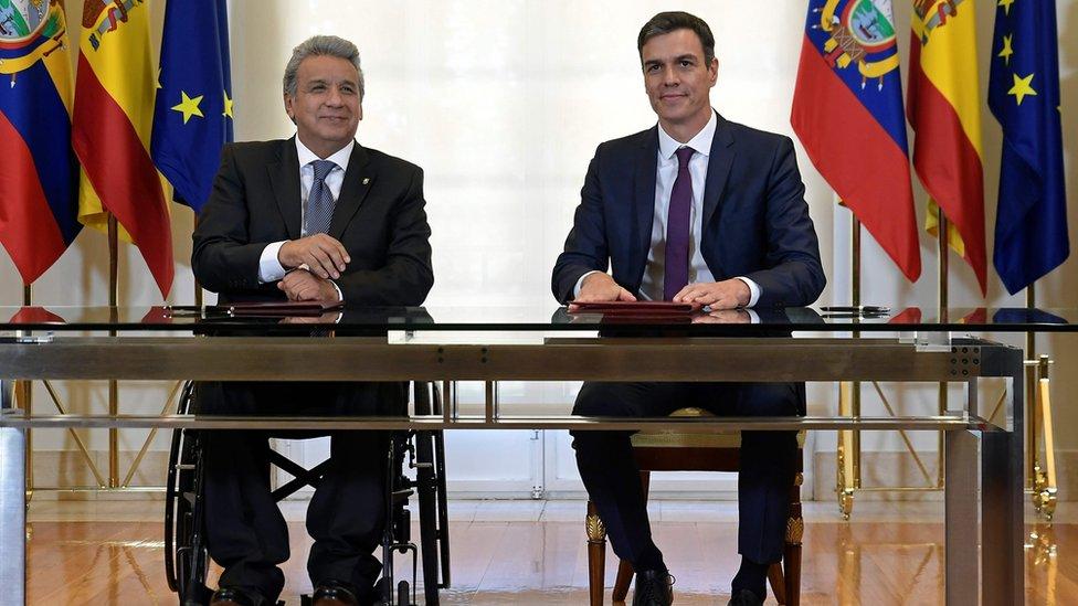 El presidente de Ecuador, Lenin Moreno (izq.) y el jefe de gobierno de España, Pedro Sánchez