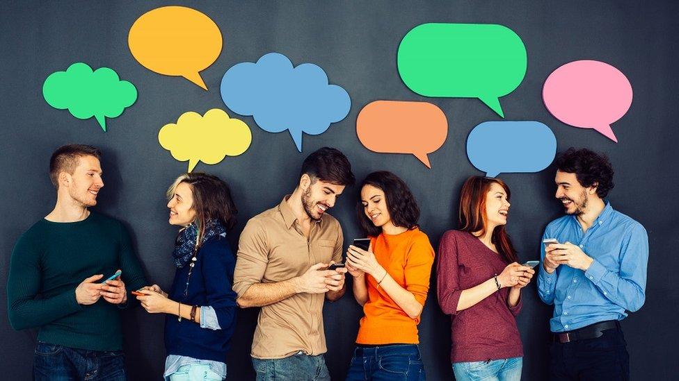 grupa mladih ljudi razgovara u parovima, oblačići iznad njihovih glava, pozadina je crna