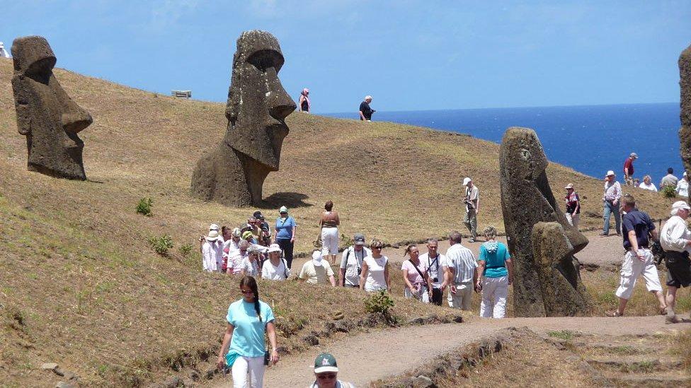 La Isla de Pascua recibe cada vez más turistas y algunos deciden quedarse.