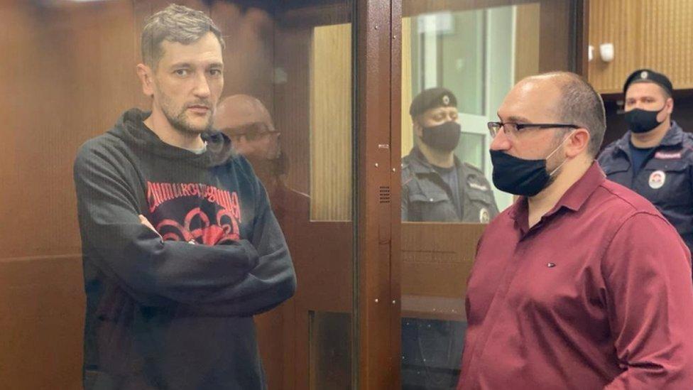 El hermano de Alexei Navalny, Oleg (izquierda), en los tribunales.