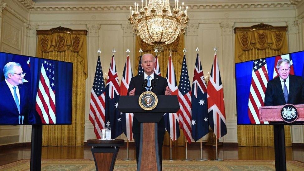 El presidente estadounidense Joe Biden habla con el primer ministro británico, Boris Johnson, y el primer ministro australiano, Scott Morrison.
