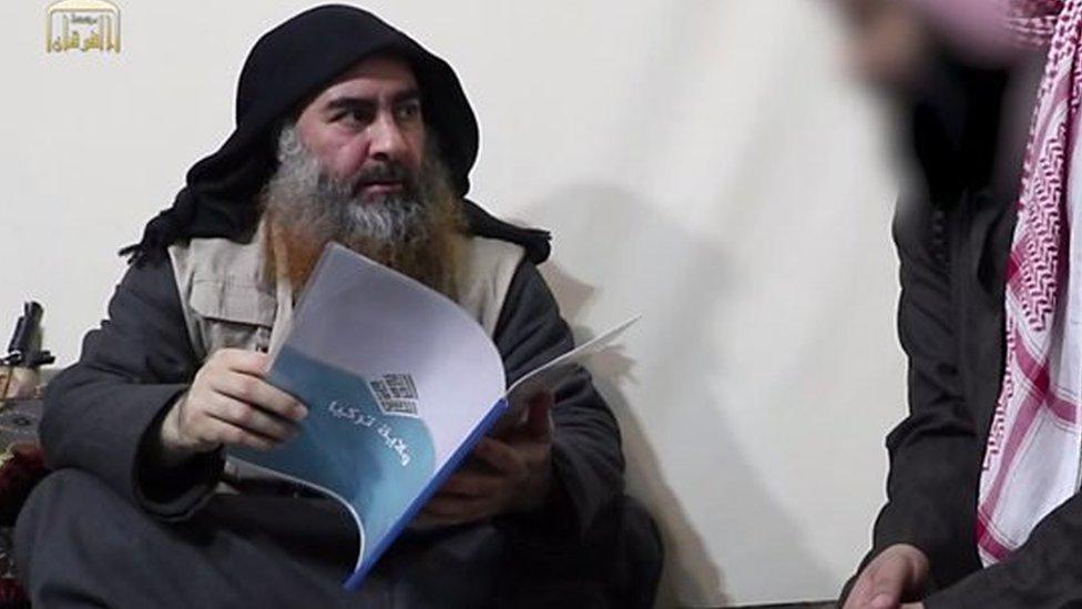 """البغدادي في آخر ظهور له، يطلع على ملف """"ولاية تركيا"""" التي تدل على وجود للتنظيم في تركيا"""