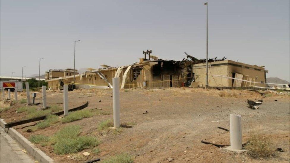 Bangunan yang rusak setelah kebakaran terjadi di fasilitas nuklir di Natanz, Minggu (05/07).