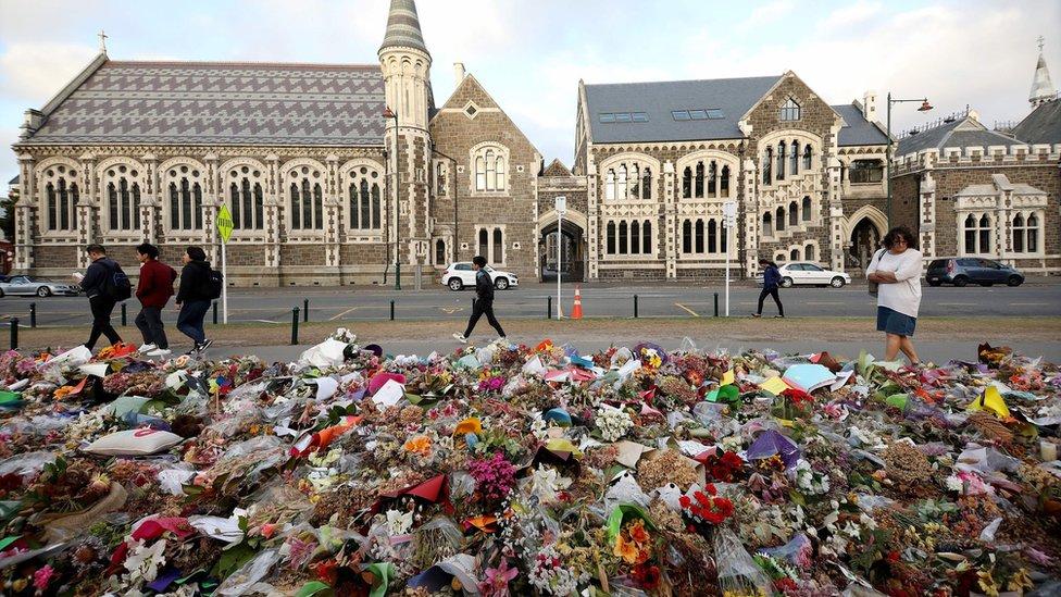 Masjid Christchurch Twitter: Perangi Benci Dengan Cinta, Wanita Muslim Foto Bareng