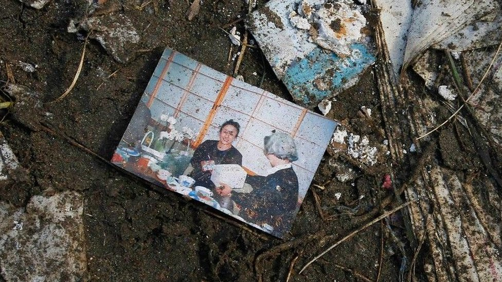 Foto de una mujer hallada en medio de los desechos dejados por el tsunami en Japón, en 2011.