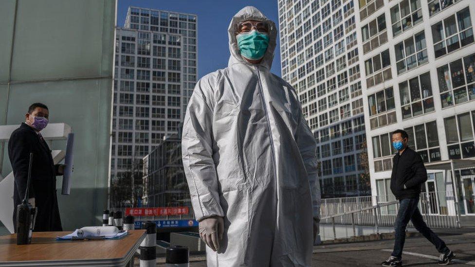 Un funcionario chino usa equipo protector ante el brote de coronavirus.