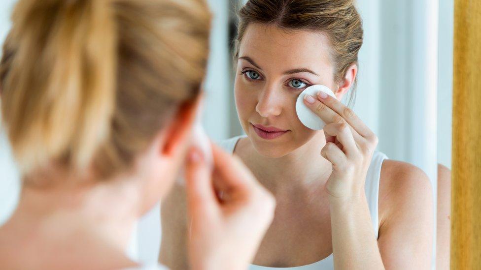Mujer limpiándose la cara.