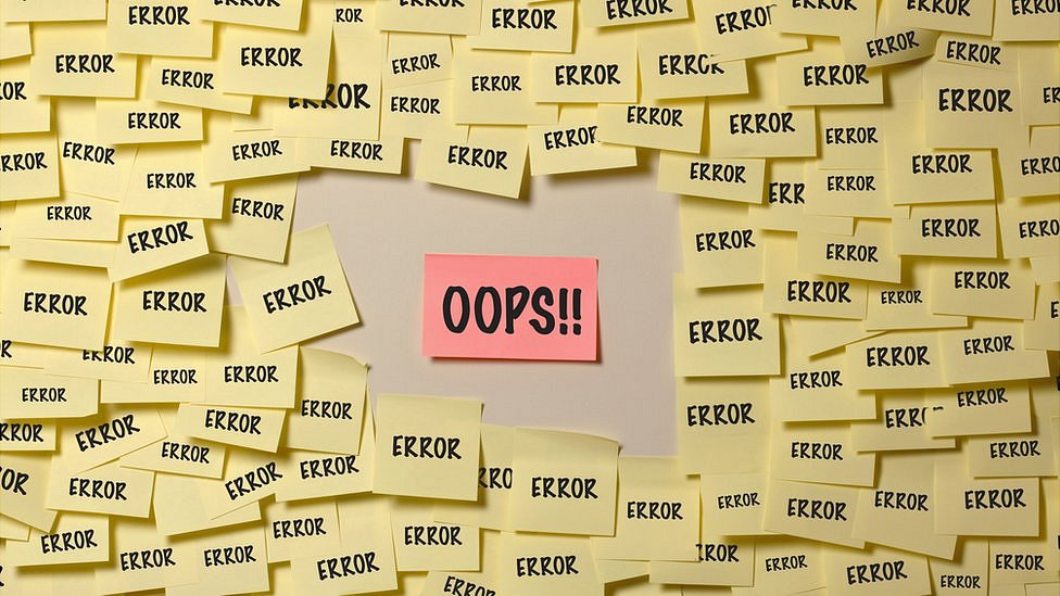 """Varios letreros diciendo """"error"""" con uno en la mitad que dice """"oops!!""""."""