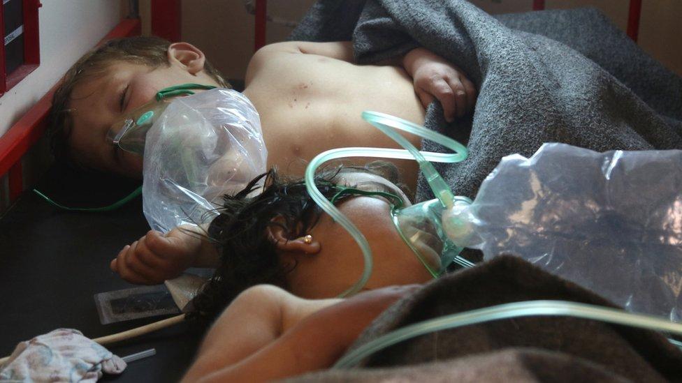 Anak-anak Suriah yang dirawat setelah terkena apa yang dicurigai sebagai serangan kimia di Khan Sheikhun.