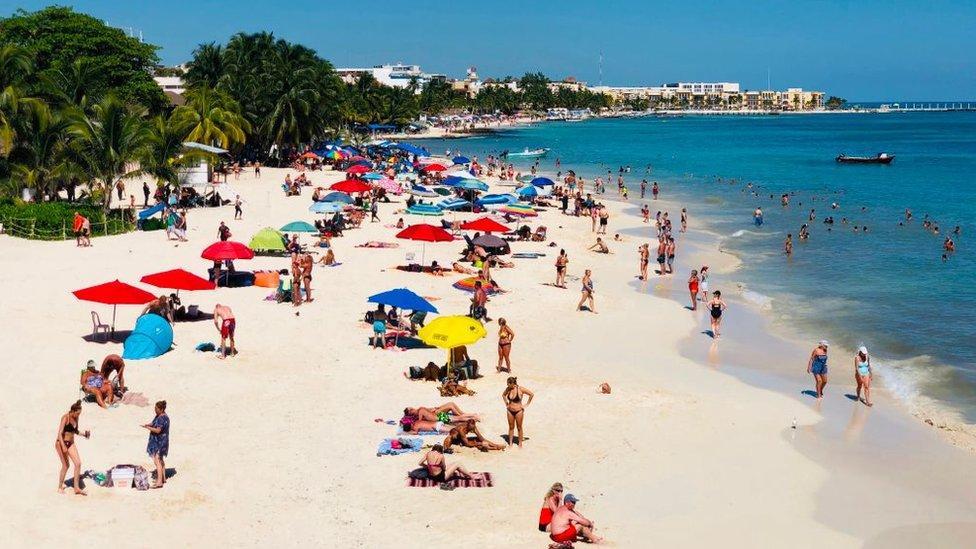 Turistas en Playa del Carmen, México.