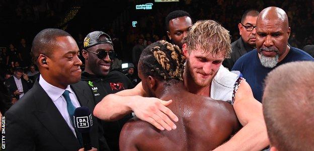 KSI y Logan Paul se abrazan