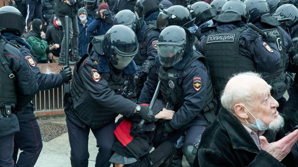 Manifestante es detenido en Moscú