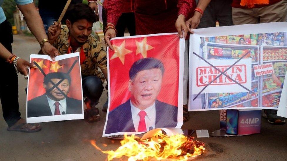 Aktivisti sa posterima i sloganima