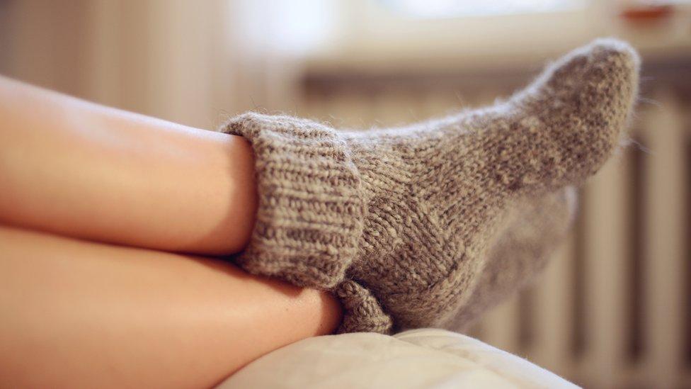Abrígate en invierno y baja el nivel de la calefacción, recomiendan los expertos para ahorrar.