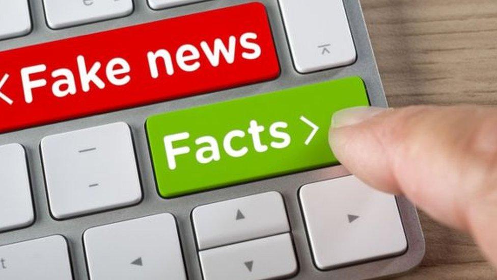 Tastatura sa natpisom - lažna vest i natpsiom - činjenica