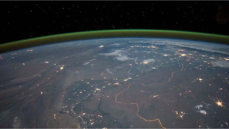 Brillo verde alrededor de la Tierra.