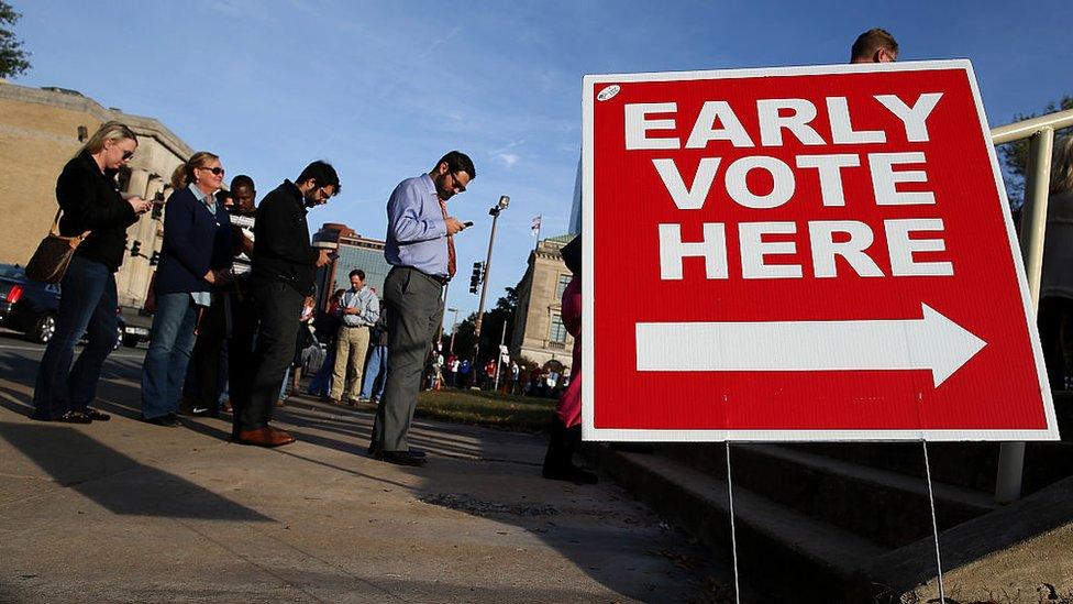 Largas filas de voto temprano.