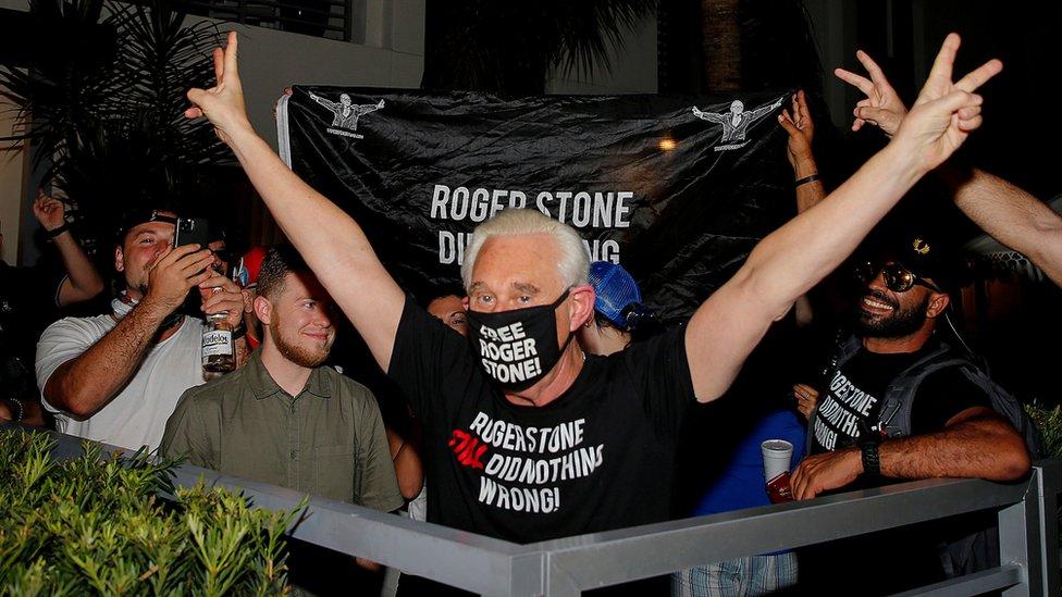 羅傑·斯通得知獲特朗普減刑後在佛羅里達州勞德代爾堡家門前舉起勝利手勢慶祝(10/7/2020)
