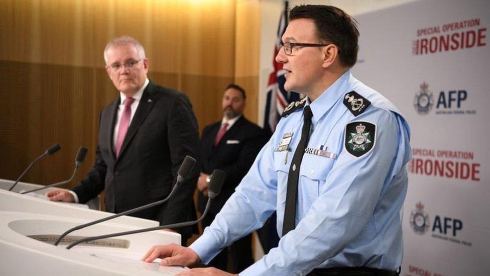 رئيس الوزراء الأسترالي وأحد عناصر الشرطة