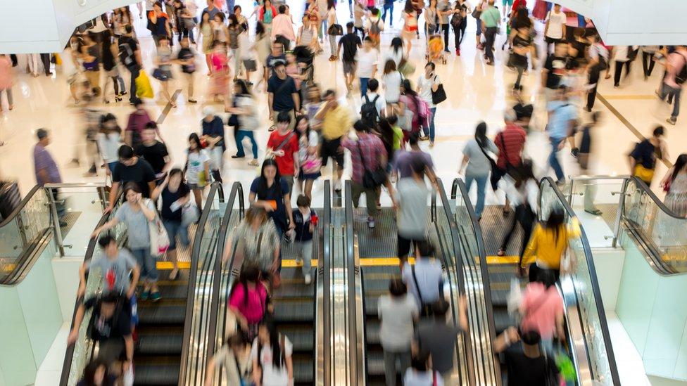 Compradores en un centro comercial (genérica).