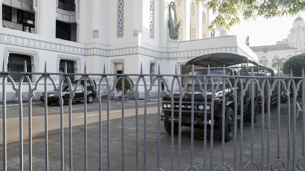 仰光的市政廳有軍方車輛駐守。