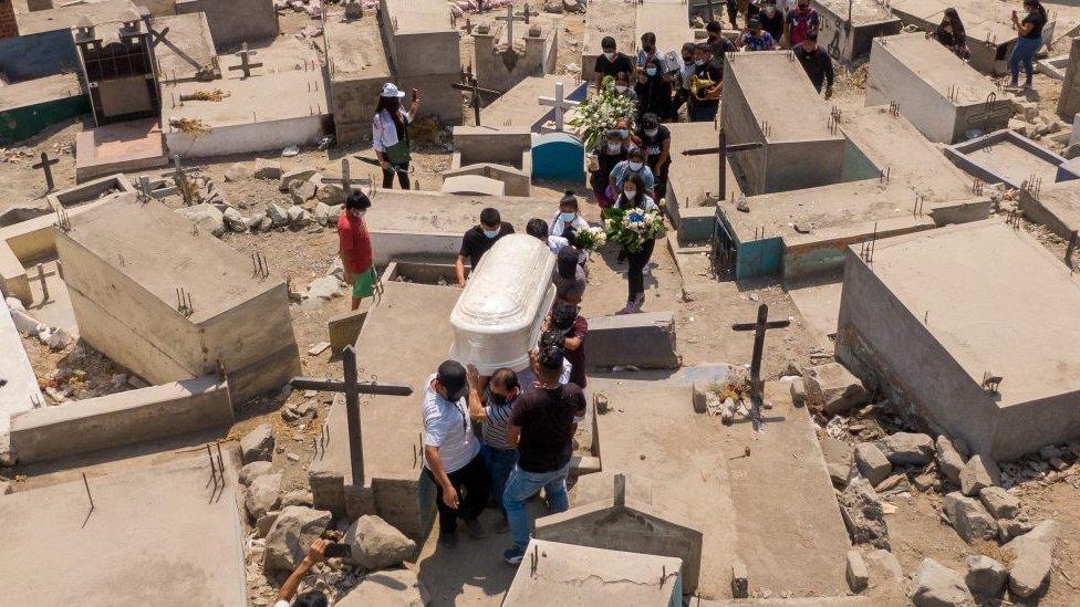 Fallecidos por covid-19 en el Perú supera los 180000