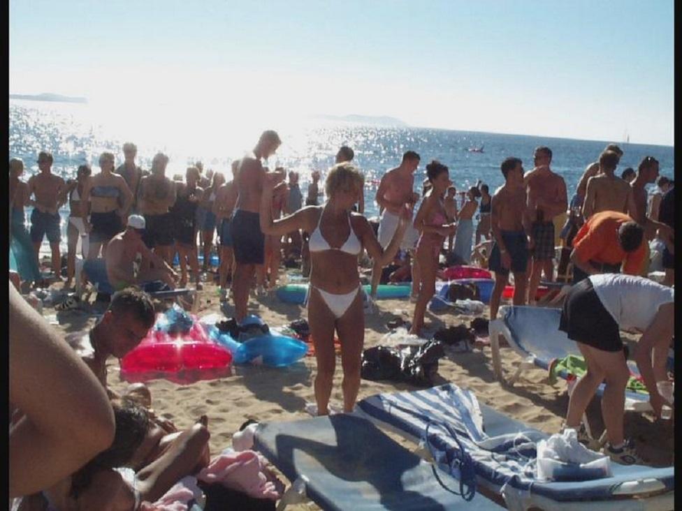 ljudi plešu na plaži