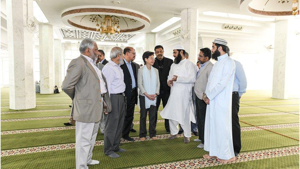 林鄭月娥(圖中)周一(10月21日)到訪清真寺,向香港穆斯林社群領袖就水炮車射水進入清真寺範圍內致歉。