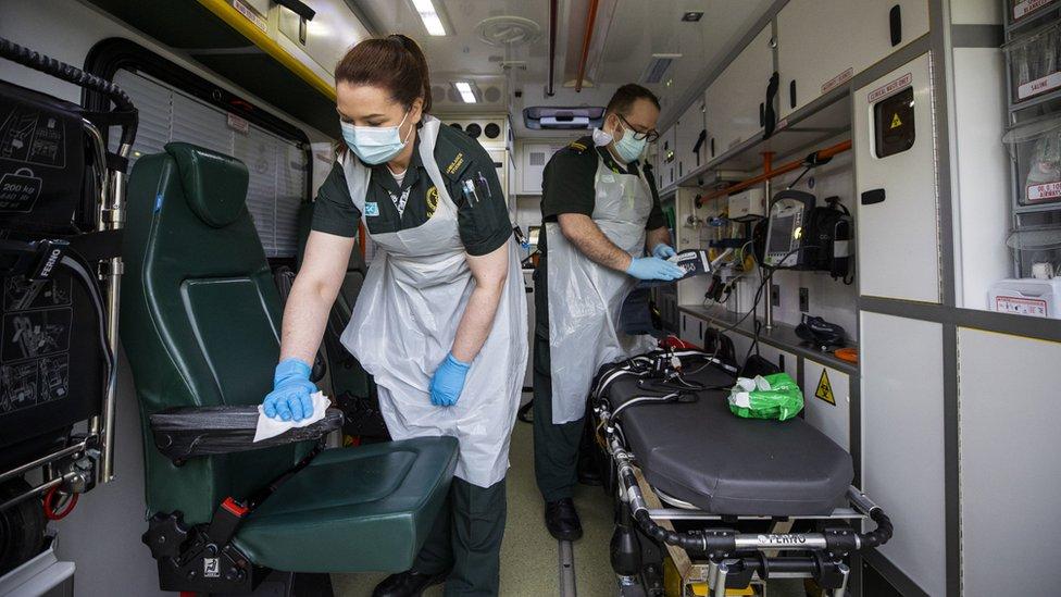 北愛爾蘭倫敦德里郡科爾雷恩鎮某醫院兩名護士學生在給救護車車廂清潔消毒(18/1/2021)