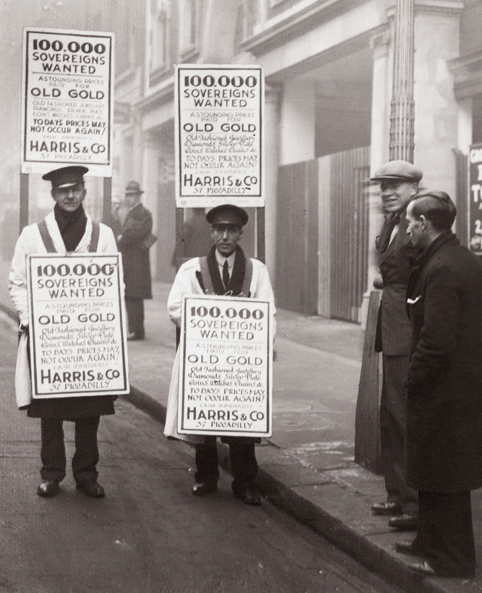 Due to the high exchange price the gold rush in London is continuing. Sandwich men in the streets of London. Photography, 1932