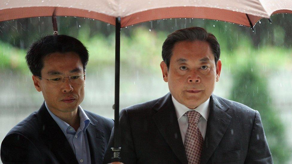 Lee Kun-hee bajo un paraguas