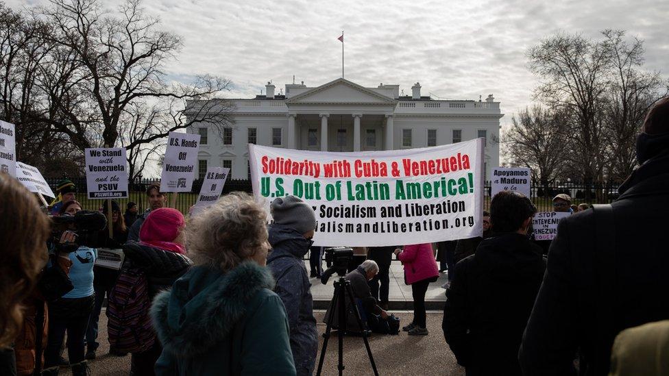 محتجون على الموقف الأمريكي يرفعون رايات الاحتجاج أمام البيت الأبيض