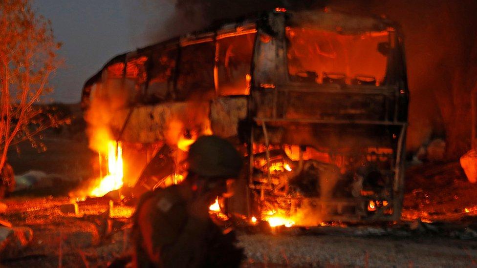 الجيش الإسرائيلي يقول إن حافلة أصيبت بصاروخ