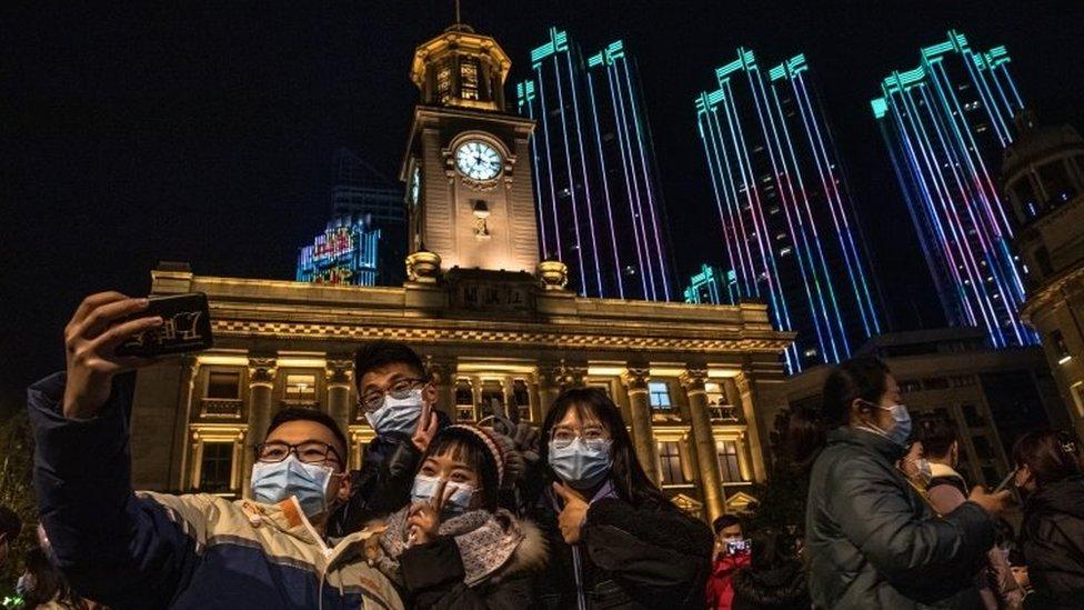 Celebraciones en la calle en Wuhan, China.