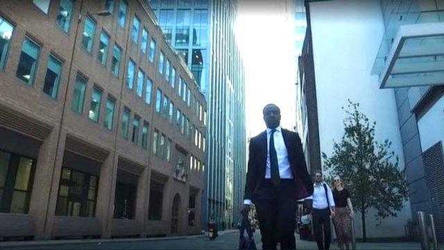 A sus 23 años, Reggie trabaja en la que se conoce como la City, el distrito financiero de Londres.