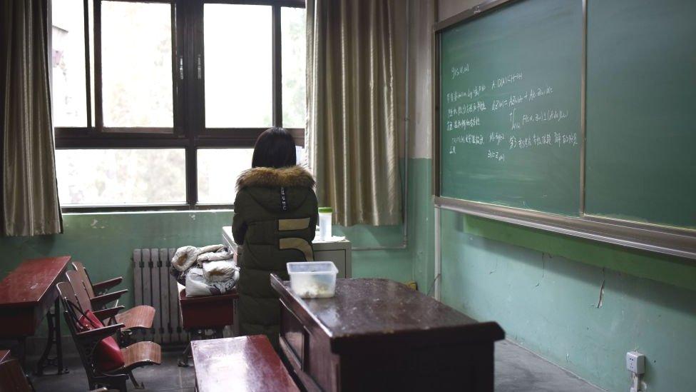 طالبة تجلس في قاعة درس بجامعة بيهانغ